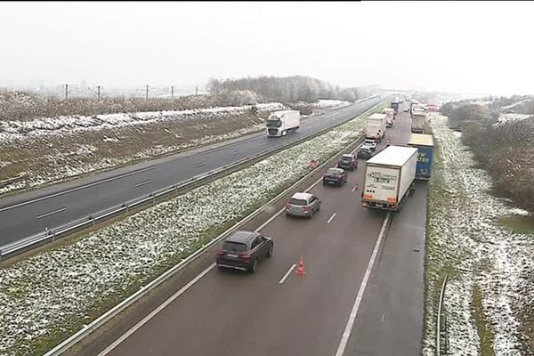 Une enfilade de poids lourds le long de l'autoroute A5
