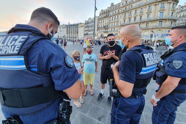 Police nationale, CRS mais aussi police municipale présente lors de la première soirée sur le Vieux-Port de Marseille avec obligation du port du masque ce samedi 8 août 2020.