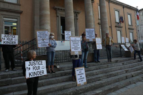 Des défenseurs de la cause animale durant l'audience d'un jeune chasseur à Privas (Ardèche), qui a tué le chiot Kinder, le 11 septembre 2020.