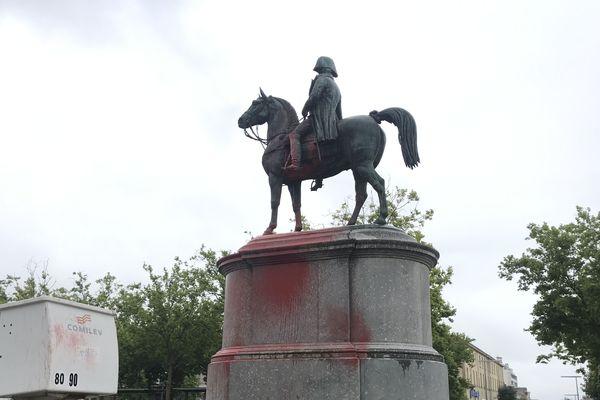La statue de Napoleon à La Roche-sur-Yon a été maculée de peinture rouge dans la nuit du 25 au 26 juin 2020