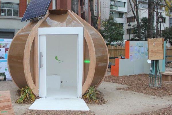 L'exposition permet de visiter ces toilettes sèches construites par la Scop Ecosec