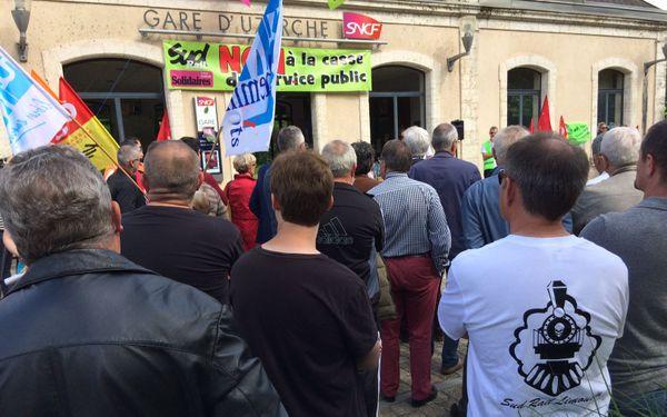 Des cheminots et des élus se sont réunis devant la gare d'Uzerche pour dire leur opposition à la réforme ferroviaire.