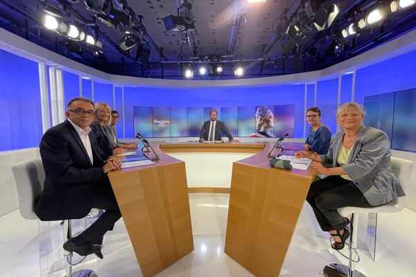 Débat des élections départementales 2021 dans la Drôme présenté par Paul Satis avec Marie-Pierre Mouton (LR) présidente sortante, Lisette Pollet (RN),  Hélène Le Gardeur (EELV) Pascal Pertusa (LREM) et Annie Lafarge (La France Insoumise).