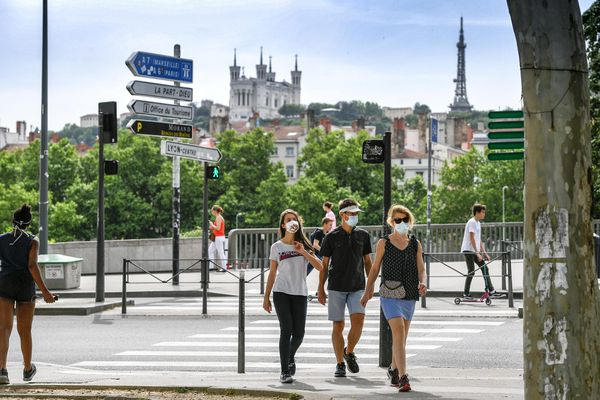leRhône et la Drôme, naviguent respectivement autour de 225 et 235 cas pour 100 000 habitants, soit bien en-dessous des départements les plus touchés, mais à des niveaux proches du seuil d'alerte.