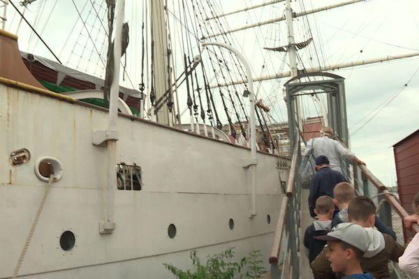 Chaque matin, ces élèves de Dunkerque embarquent à bord du gréément de la Duchesse Anne qui pendant une semaine se convertit en salle de classe.