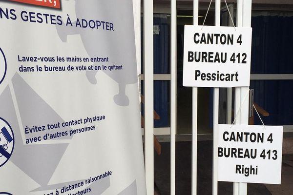 Consignes dans les bureaux de vote à Nice pour le premier tour des élections municipales 2015