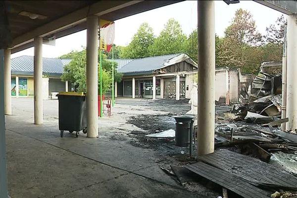 L'incendie, parti d'un feu de poubelle, a ravagé cinq des huit commerces, dans la nuit du 6 au 7 septembre 2018.
