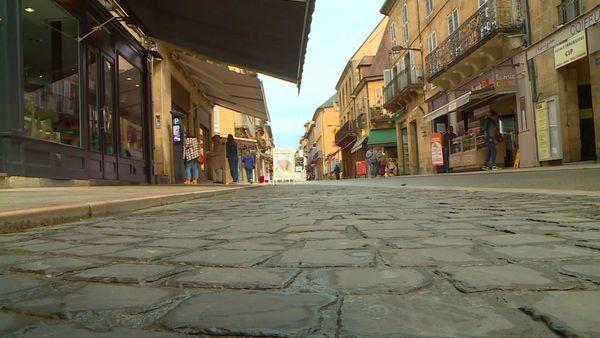 La grand'rue de Sarlat désertée, vision de cauchemar pour les professionnels du tourisme qui espèrent se rattraper cet été