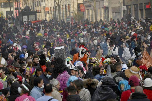 Des milliers de jeunes,6.500 selon la police, se sont réunis dimanche après-midi à Marseille pour un carnaval où la grande majorité ne portaient pas de masque.