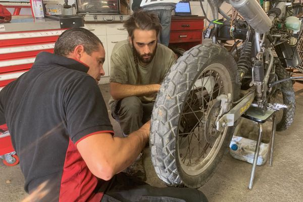 Sébastien, le mécanicien encadrant avec Floran venu réparer sa moto