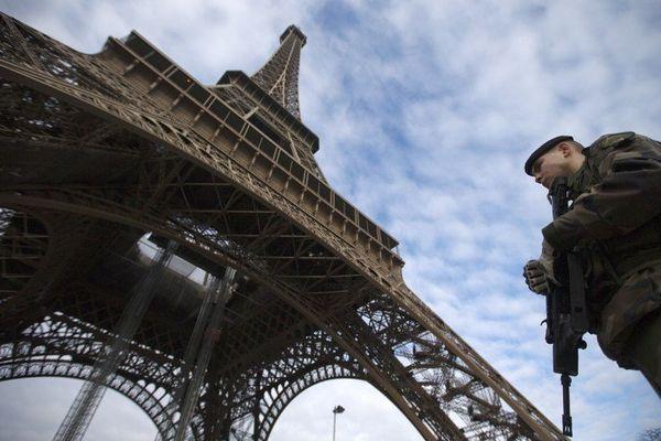 Un soldat patrouille au pied de la Tour Eiffel, dans le cadre du plan Vigipirate.