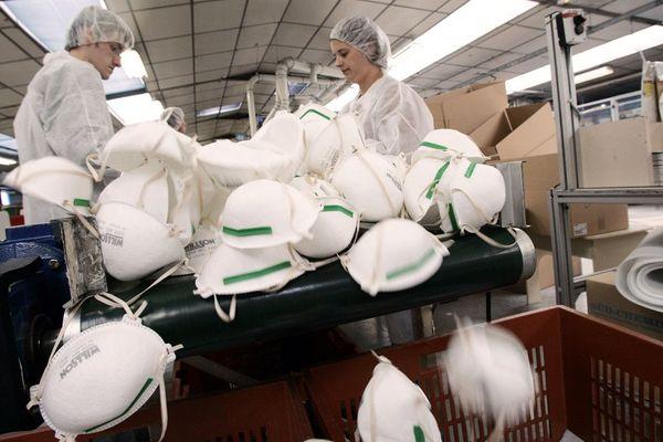 Des personnes trient des masques de type FFP2, le 23 septembre 2005 dans l'usine de l'entreprise Bacou-Dalloz, fabricant d'appareil de protection respiratoire implantée à Plaintel, près de Saint-Brieuc.
