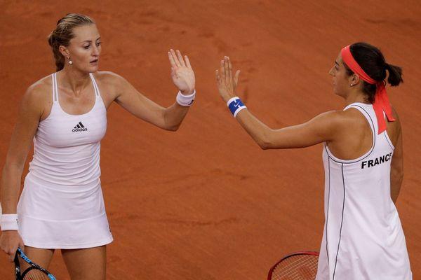 la paire Kristina Mladenovic (G) et Caroline Garcia en Fed Cup, le 21 avril 2019 à Rouen.