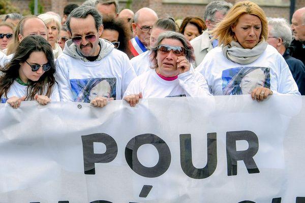 """Les parents et la soeur d'Angélique Six, en tête de la marche blanche derrière une bannière """"Pour Angélique"""", mardi 1er mai à Wambrechies."""