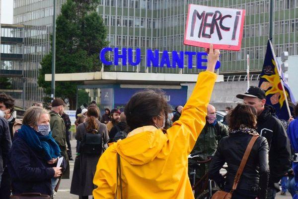 A Nantes et dans les grandes villes de la région les colères se sont aussi déconfinées hier. partout des citoyens ont salué les soignants et réclamé plus de moyens pour les hôpitaux