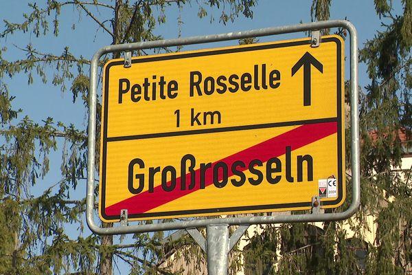 A la sortie de GrossRosseln (Allemagne), en direction de Petite-Rosselle (France); la Sarre et la Moselle, zones frontalières.