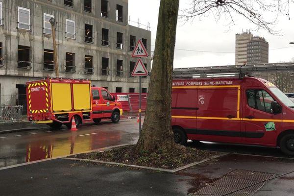 Pompiers, police et représentants du département de Seine-Maritime sont restés des heures au pied de l'immeuble de du boulevard d'Orléans de Rouen ce vendredi 28 février 2020.