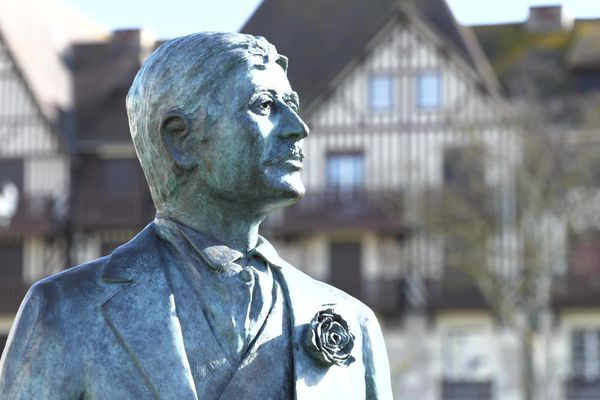 Une statue à taille réelle du célèbre écrivain Marcel Proust dans les jardins du casino de Cabourg