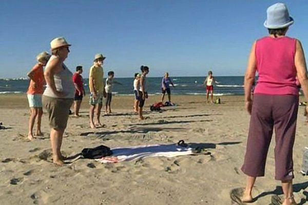 Les plus matinaux peuvent s'essayer gratuitement au fitness sur les plages du Grau-du-Roi. Août 2015.