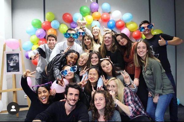 L'enseignante avec ses étudiants (en bas au milieu de la photo) après un événement sur la trisomie 21