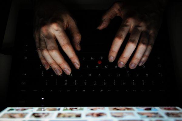 Un homme recherche des photos d'enfants sur internet - Photo d'illustration