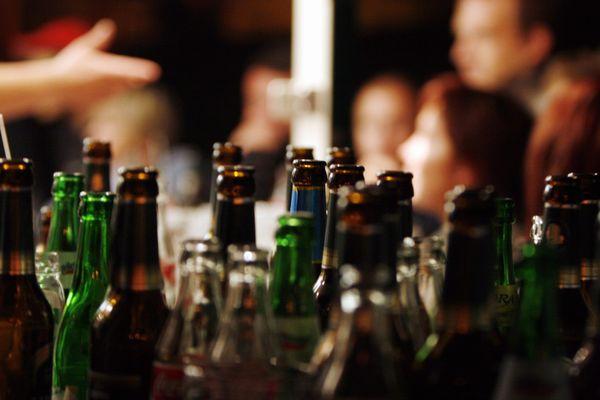 Trois Orléanais d'une vingtaine d'années seront jugés le 19 mai prochain pour avoir organisé une soirée clandestine d'une centaine de personnes lors du weekend de Pâques dans une location à La Ferté-Saint-Aubin (image d'illustration).