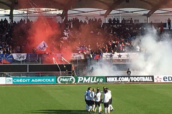 Les supporters réunionnais ont mis une grosse ambiance dans les tribunes du Stade René Gaillard à Niort.