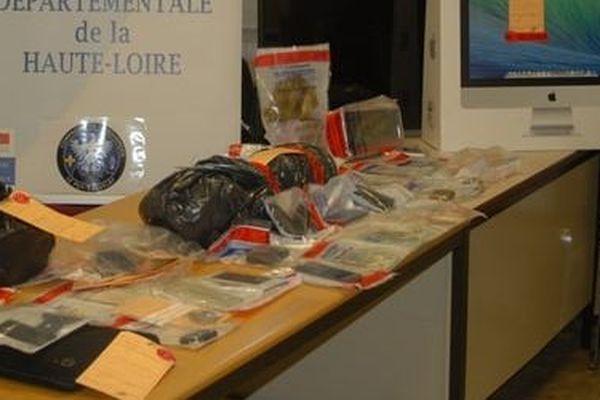 Les gendarmes de la Haute-Loire ont saisi de la drogue, mais aussi de l'argent et du matériel informatique chez les interpellés.