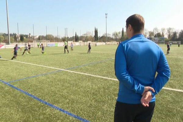 Les joueurs du RC Grasse au stade de La Paoute encadrés par des bénévoles