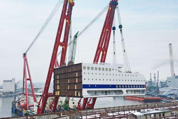 La pose de la cabine du Honfleur, sur le chantier naval de Flensbourg, en Allemagne.