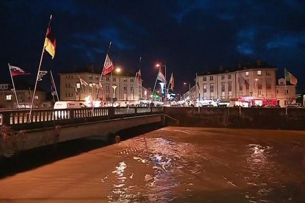Le niveau de l'eau est très haut Pont de l'Europe à Rethel.