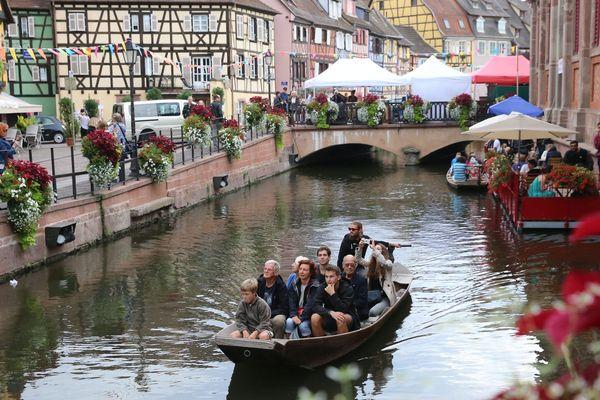 Colmar 01/09/2017. Balade en barque à fond plat sur la Lauch dans le quartier touristique de la Petite Venise à Colmar.
