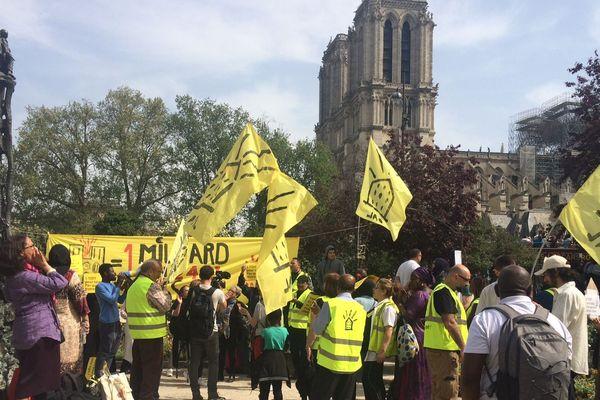 Les militants du DAL dans le square René-Viviani, dans le 5e arrondissement de Paris, à deux pas de Notre-Dame.