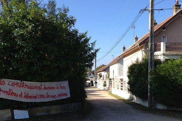 Des habitants s'opposent à la destruction de deux maisons sur le site des Lentillères, à Dijon.