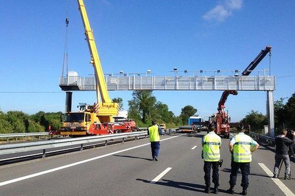 La circulation sur la RN 165 a été coupée pour permettre le démontage du portique écotaxe de Brec'h