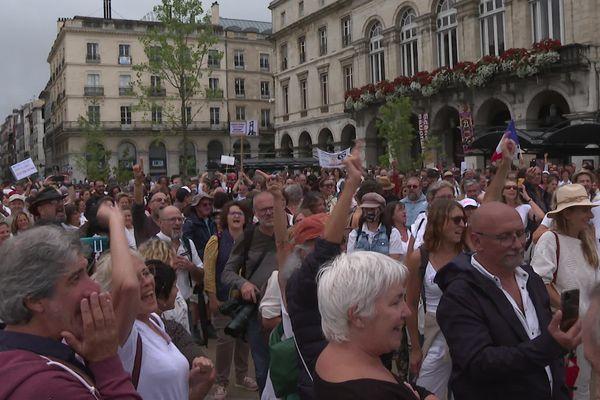 Près de 3000 personnes rassemblées, le 31 juillet 2021, place de la liberté à Bayonne pour dire non au passe sanitaire
