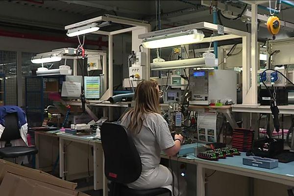 """A Nersac, en Charente, l'entreprise """"Arts Energy"""" a installé des ampoules à LED pour faire fonctionner ses néons."""