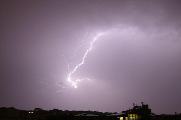 Des cellules orageuses se généralisent au sud de l'Auvergne. Ce qui pourrait donner lieu à des averses particulièrement fortes, jusqu'à 80 millimètres en une heure, jusqu'au milieu de la nuit du mardi 5 au mercredi 6 juin.