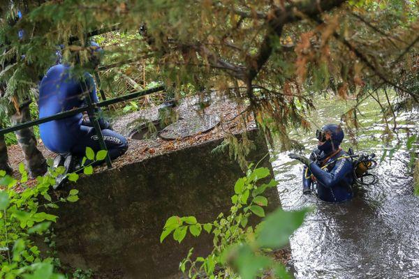 Plusieurs plongeurs ont été mobilisés pour sonder les abords de l'étang de Saint-Bonnet.