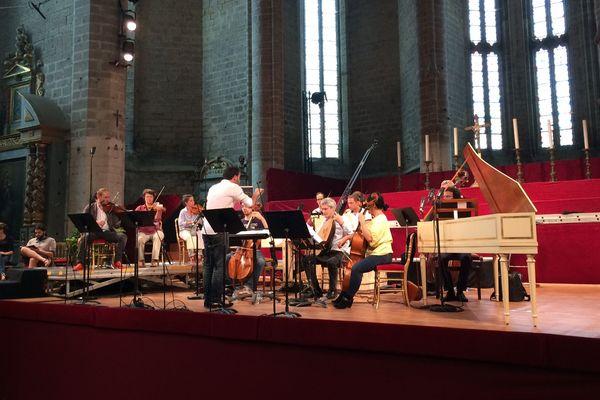Ils sont six chanteurs et une vingtaine de musiciens sur la scène de l'Abbatiale pour le concert d'ouverture du Festival de la Chaise-Dieu.