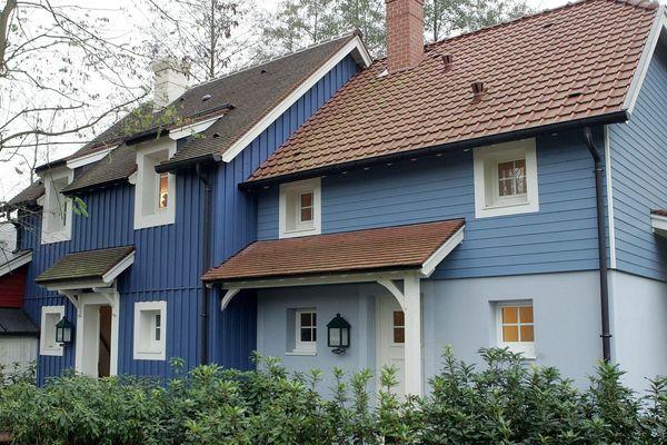 Deux des 840 cottages qui composent le Center parc, lors de l'inauguration du parc en 2005.