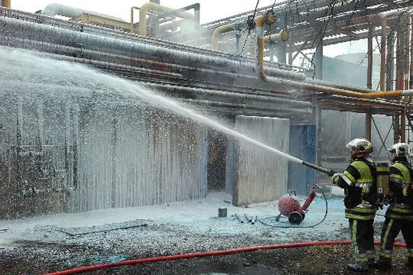 Les pompiers eteignent l'incendie du compresseur d'Air Liquide à Fos-sur-Mer.