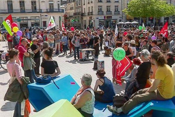 Rassemblement sur la place de l'hôtel de ville à Poitiers