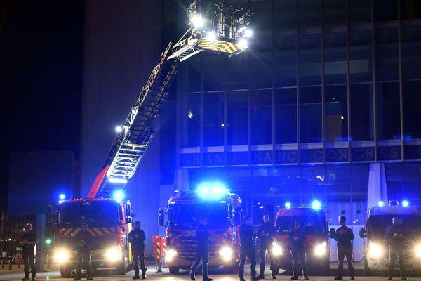Pompiers et policiers font retentir leurs sirènes partout en France, à 20h, depuis quelques jours, en soutien aux personnels mobilisés face à la propagation du Coronavirus.