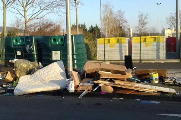 Recrudescence des dépôts sauvages devant les déchetteries fermées en raison de l'épidémie de Coronavirus.