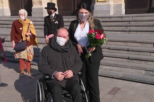 Le faux couple après leur cérémonie devant la mairie de Tourcoing.