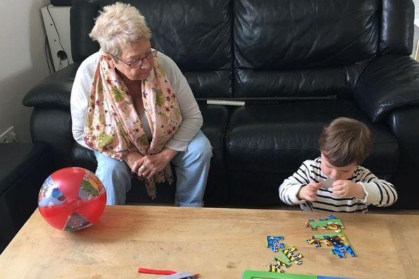 Huguette, 84 ans, passe sa retraite dans une famille d'accueil de Limoges