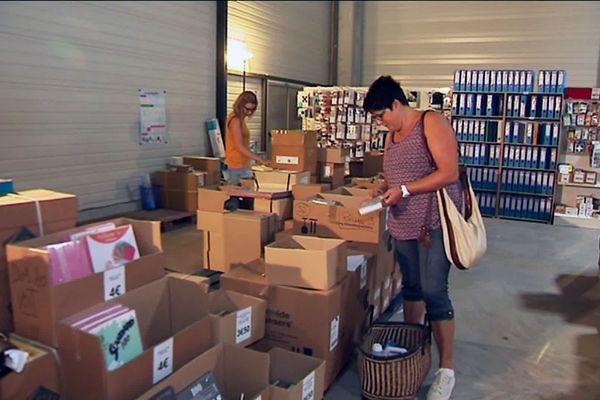 Les achats de la rentrée doivent parfois se faire au plus juste du budget, certains parents se tournent vers les magasins à prix cassés ou les associations caritatives...