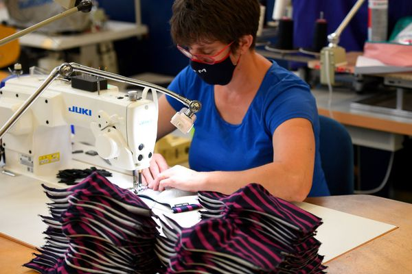 Fabriquer des masques en tissu, lavables et conformes à la réglementation développerait l'emploi local