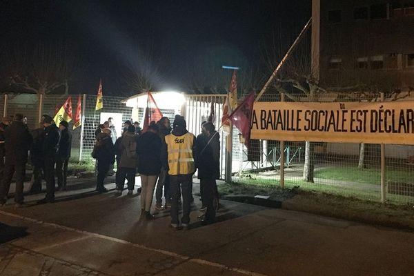 """Action de """"sensibilisation"""" ce lundi matin à l'usine PSA de Cormelles-le-Royal menée par les opposants à la réforme des retraites"""